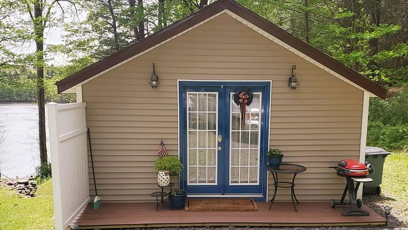 Charming Private Lakefront Cottage Perfect For A Quiet Getaway, vacation rental in East Stroudsburg