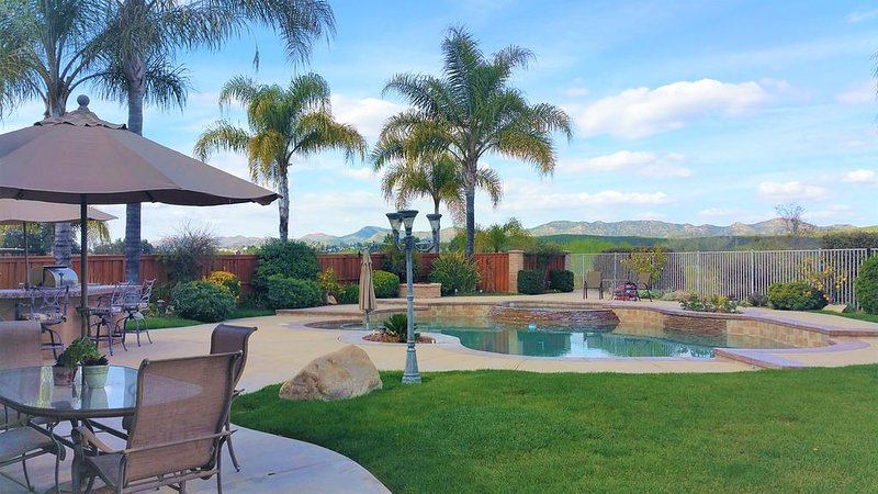 New!!!  Paradise Pool View Home Sleeps 10, vacation rental in Lake Elsinore