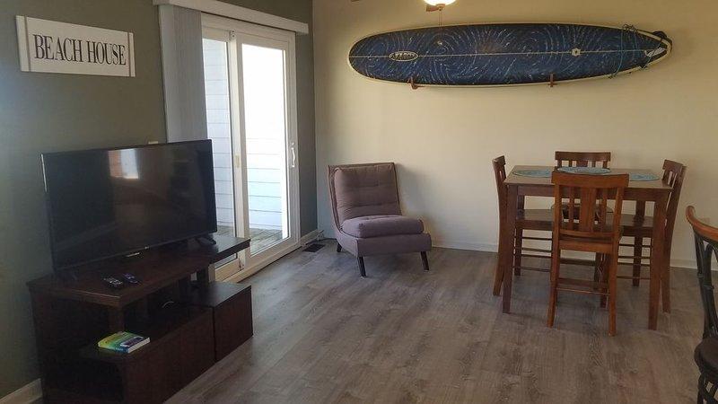 Modern Town home with Garage & golf cart- Short walk to beach!, Ferienwohnung in Carolina Beach