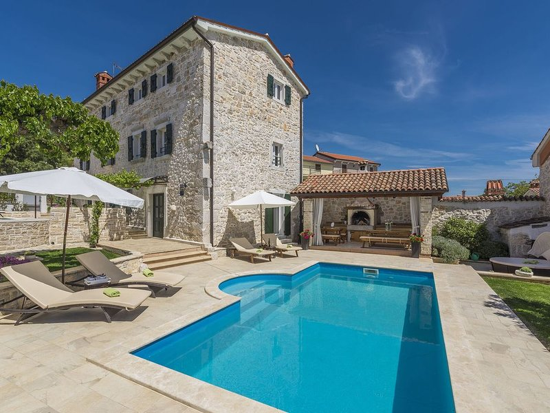 Stone holiday home with private pool and fenced garden near the water park, holiday rental in Fuskulin