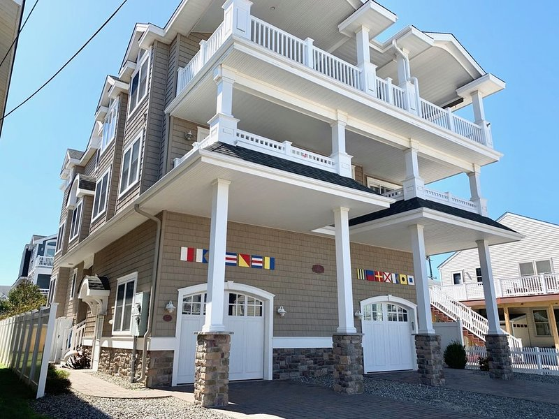 Beach Block 6 Bedroom Condo walking distance to downtown., holiday rental in Sea Isle City