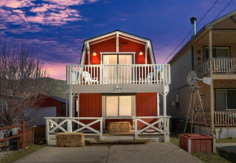 Family Friendly FarmHouse, alquiler de vacaciones en Big Bear City