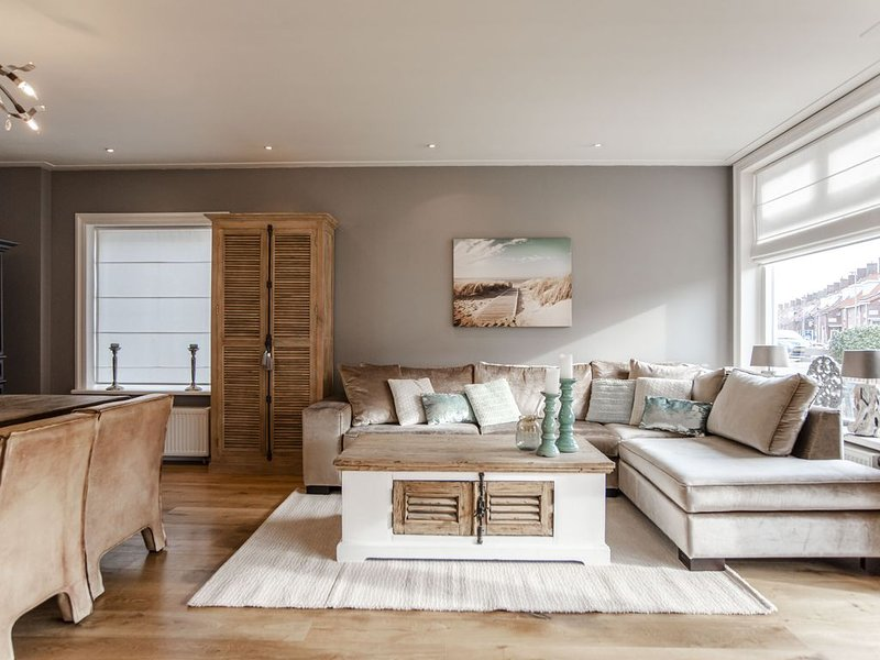 Half vrijstaand huis met 4 slaapkamers op 200 meter van het strand, aluguéis de temporada em Zandvoort