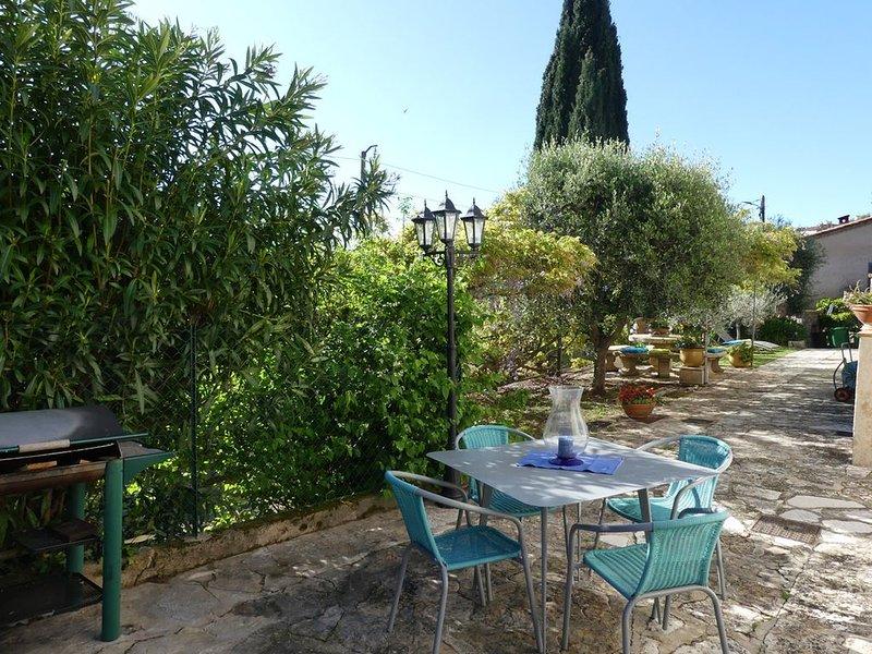 Entre mer et montagne, appartement avec exterieur privatif dans villa au calme, holiday rental in Greolieres