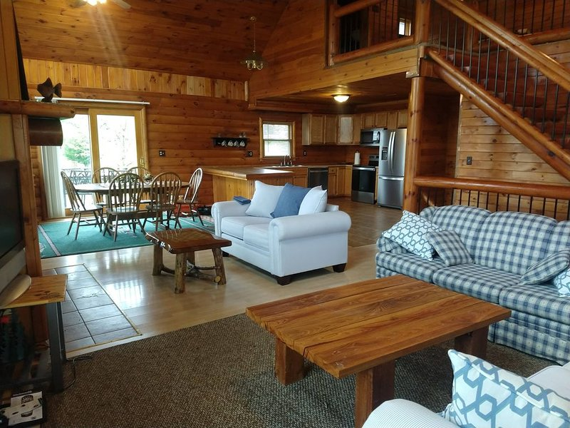 Amazing Log Cabin with Beautiful Views at Apple Canyon Lake, holiday rental in Apple River