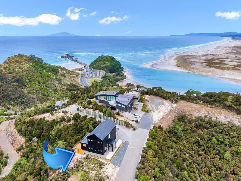 Seacoast Sanctuary - Stunning holiday home with great views in premium location, vacation rental in Mangawhai Heads