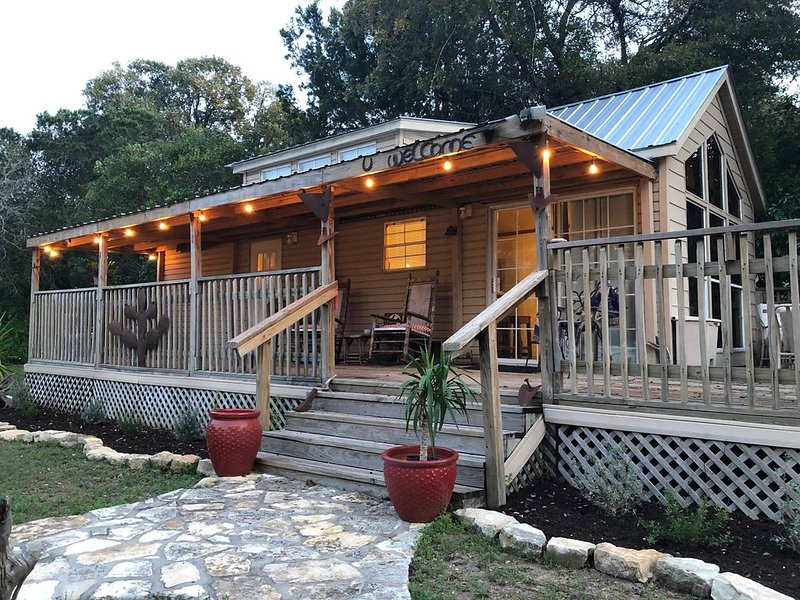 COWBOY CABIN: Lake Travis views and steps to the water for swimming or fishing, vacation rental in Briarcliff