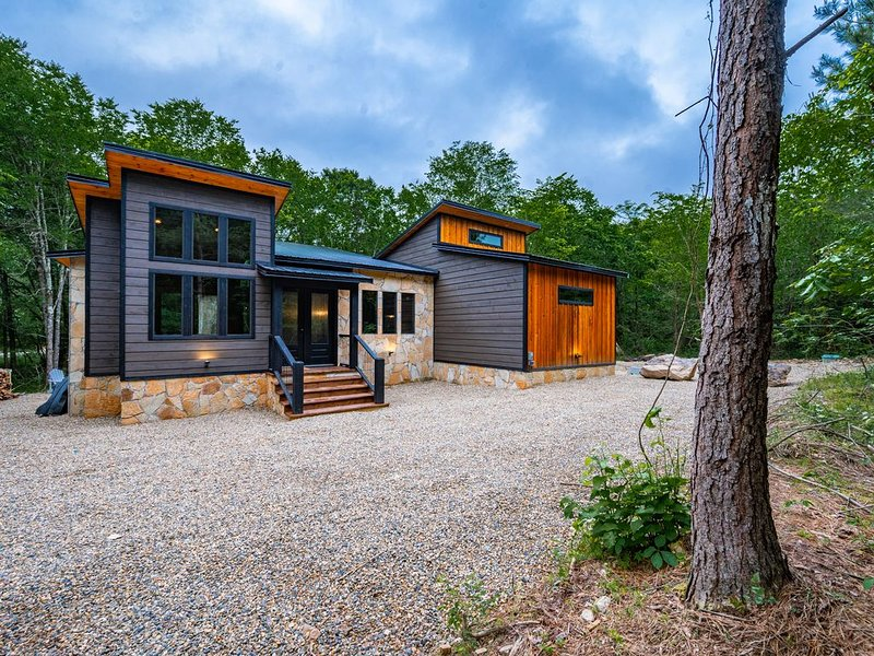 WILL HIKE FOR TACOS brand new May 2020 construction cabin on a creek sleeps 8, holiday rental in Eagletown