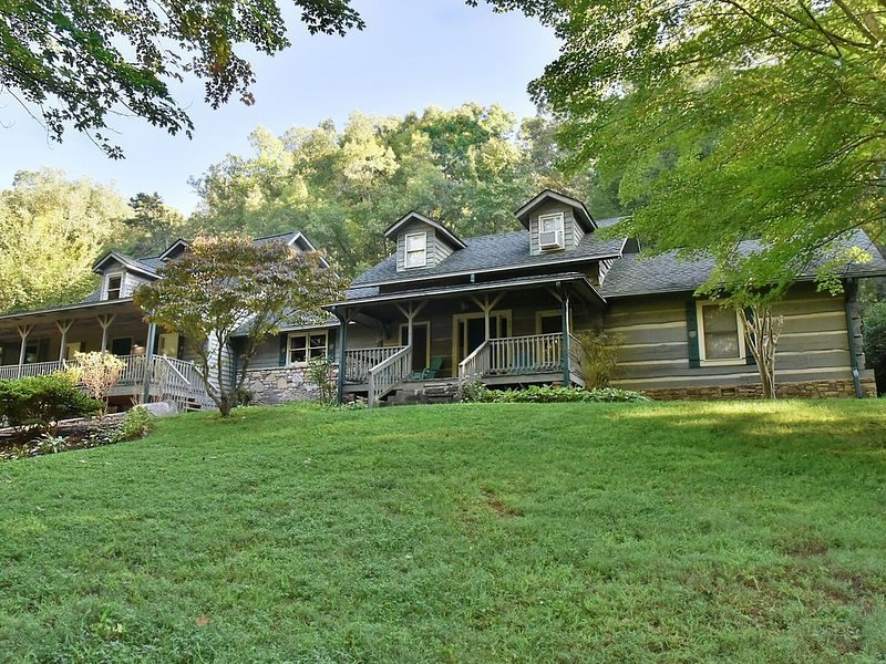 Turkey Haven - Asheville Area Get-A-Way w Pool, Hot Tub, Arcade Game, casa vacanza a Fairview