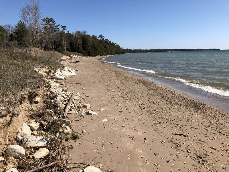 Sand Beach for 14 on Lake Michigan!, alquiler vacacional en Baileys Harbor