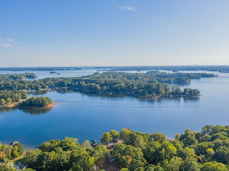 Clematis Relaxation - Amazing Views - 3 Bed Home includes separate guest suite, holiday rental in Lake Norman