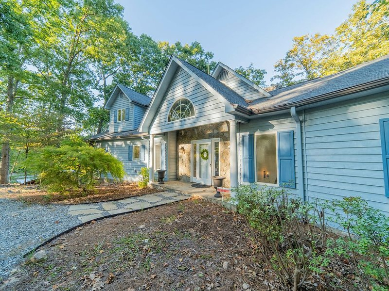 Blue Heron Bliss - Video Tour! Beautiful Spacious Home, holiday rental in Lake Norman