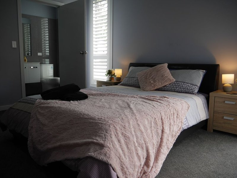 4 Bedroom Home Thirlmere..Walk to NSW Rail Transport Museum, holiday rental in Campbelltown