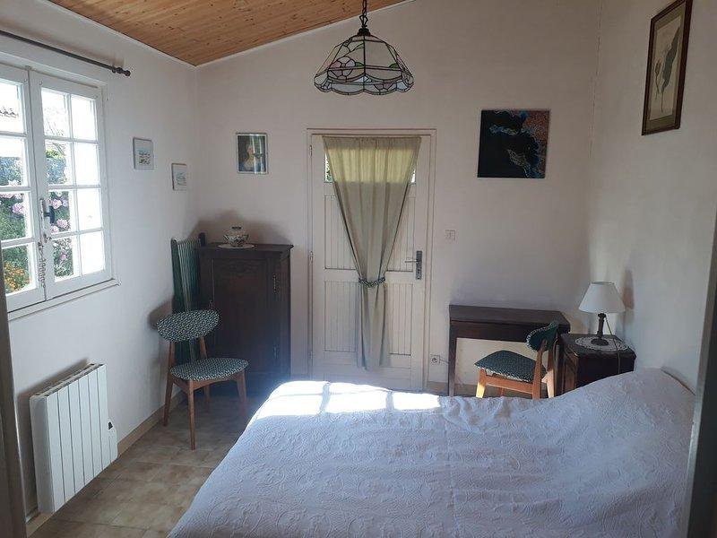 Chambre d'hôte attenant à une maison de famille, holiday rental in Loix