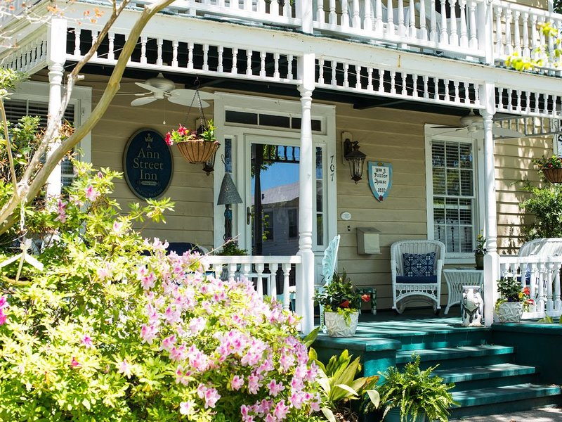 NEW LISTING! The Duke of Beaufort Guest Room at Ann Street Inn Bed & Breakfast, location de vacances à Harkers Island
