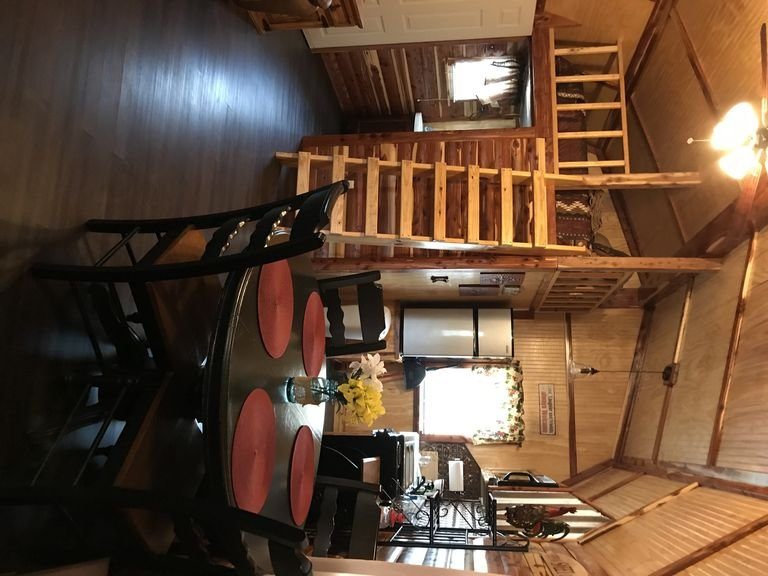 Lovely secluded rustic cabin within waking distance of Rocky Top Winery ., holiday rental in Allen
