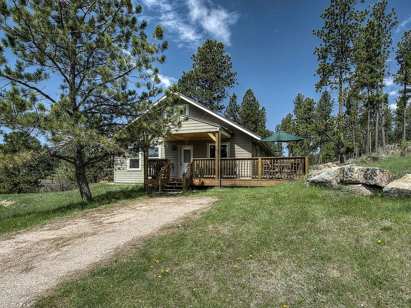 Beautiful Home on 1 acre just outside Custer backs up to forest service, location de vacances à Custer