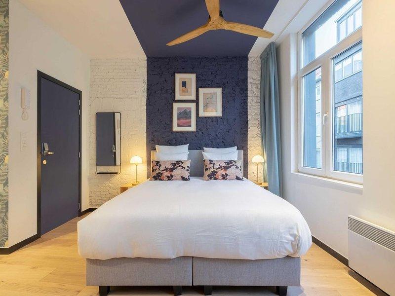 The Blue Parrot - One Bedroom Apartment, Sleeps 2, holiday rental in Sint-Gillis-Waas