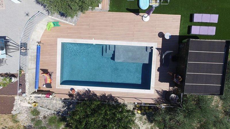 Appartement indépendant, calme, en colline avec piscine, holiday rental in Saint Saturnin les Avignon