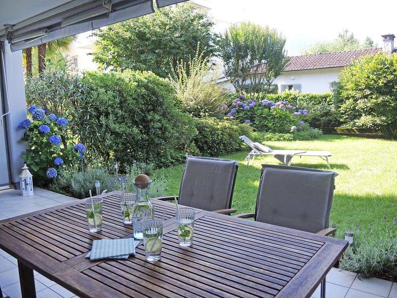 Elegante Gartenwohnung mit gedeckter Terrasse und privater Liegewiese, location de vacances à Lac Majeur