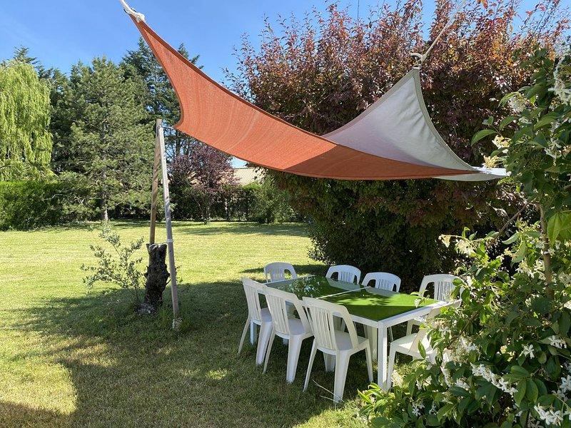 Grande maison avec magnifique jardin et piscine (WIFI disponible), holiday rental in L'Isle-sur-la-Sorgue