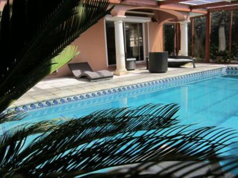 Villa , vue mer avec piscine chauffée 30 ° et climatisation sans vis à vis, vacation rental in Marignane