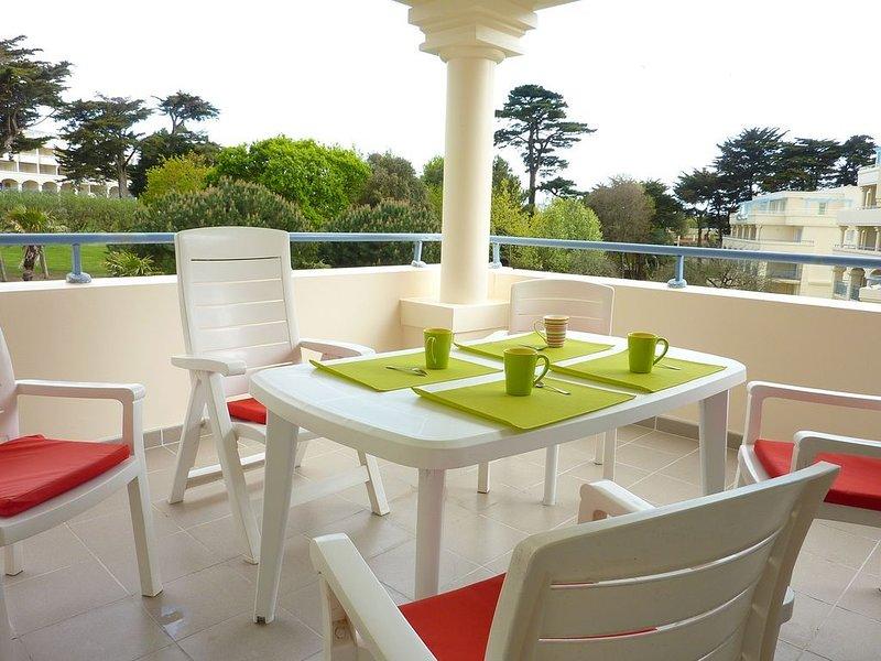 PLAGE LA BAULE à 5 mn à pied  TERRASSE 15 m² avec vue sur parc arboré  Piscines, holiday rental in Saint Andre des Eaux