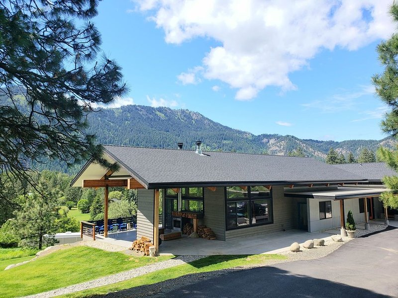 Na-Mu Lodge, Leavenworth's Finest / Sleeps up to 20 with Cottage & Pet Friendly, vacation rental in Dryden