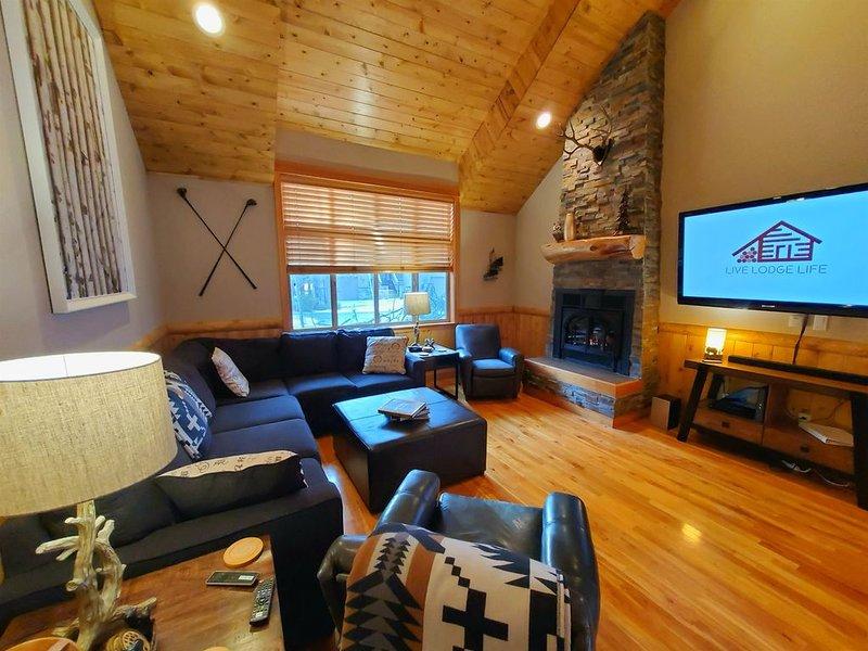 LIVE LODGE LIFE - Upscale decor, hot tub, bikes, 10x SHARC, sleeps 15, amazing!!, holiday rental in Central Oregon