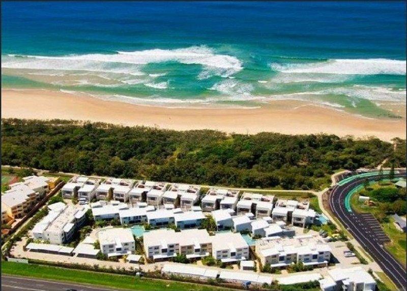 Luxurious 3 Level Beachfront Villa, casa vacanza a Marcoola