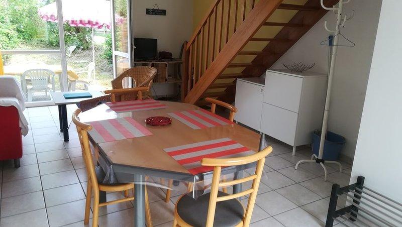 Maison à 400m de la plage avec terrasse et jardin, holiday rental in Trebabu