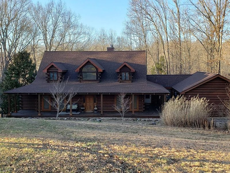 LOG HOME COMFORT - CLOSE TO LAKE BARKLEY, holiday rental in Cadiz