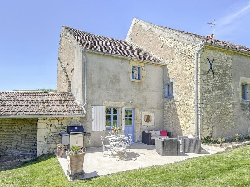 Lovely Farmhouse in Talon with Fireplace, holiday rental in Clamecy