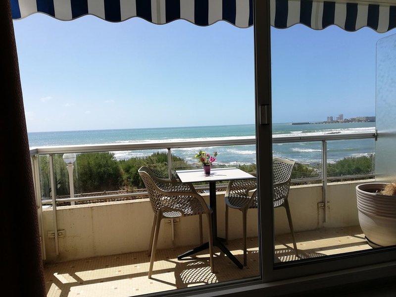Superbe vue , face Mer , au 2èm étage , balcon + PK privé,  commerces à 100m ., aluguéis de temporada em Les Sables-d'Olonne