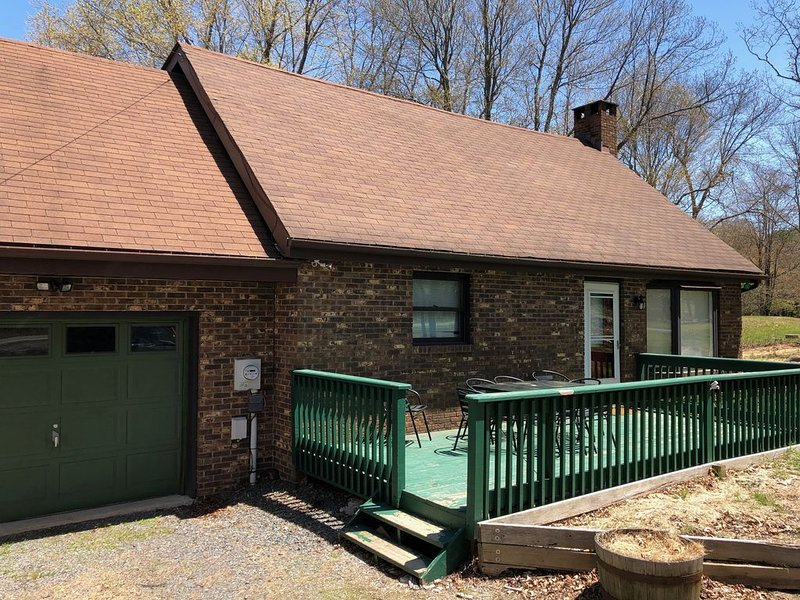 Cozy Pocono Getaway Near Beach, Lake, Whitewater Rafting, Hiking, Pet-Friendly, location de vacances à Albrightsville
