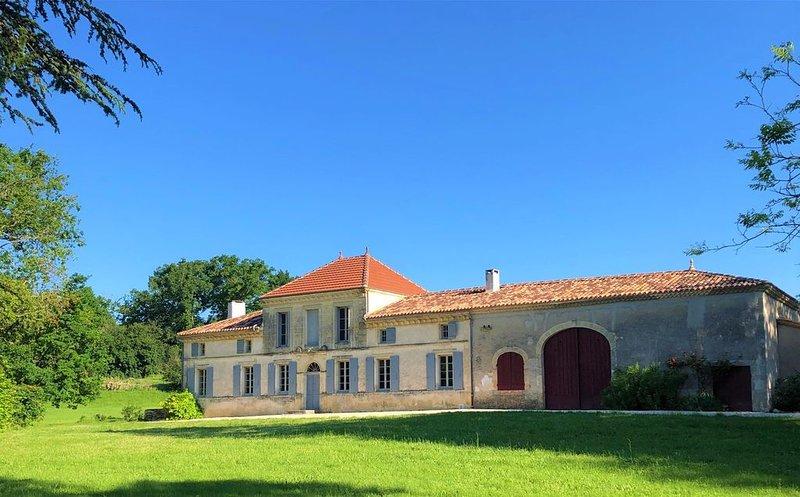 Château Petit Luc, propriété viticole joliment rénovée avec piscine chauffée, holiday rental in Villenave-de-Rions