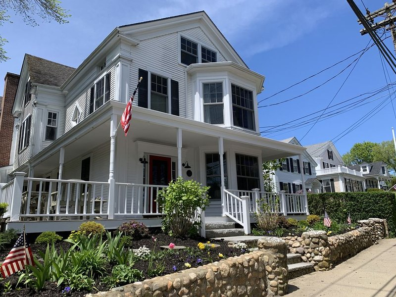 Large downtown updated captain's house with 8 bedrooms and 6.5 bathrooms, alquiler vacacional en Vineyard Haven
