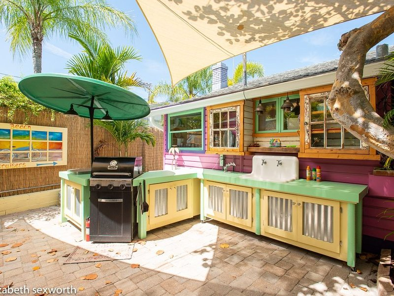 Meet The Shack and The Flunky: Bold 1940s Cottages on Treasure Island, vacation rental in Treasure Island