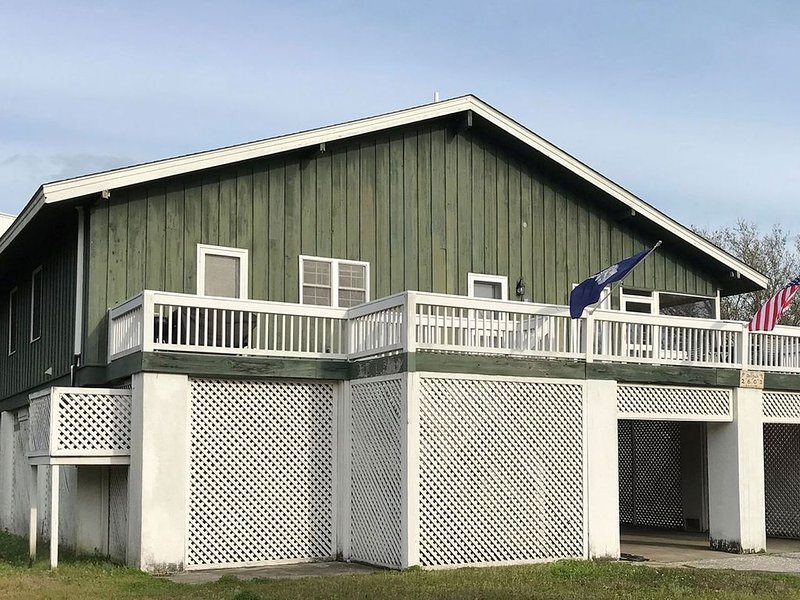 Vintage rustic home on Sullivan's Island steps from beach access!, vacation rental in Sullivan's Island