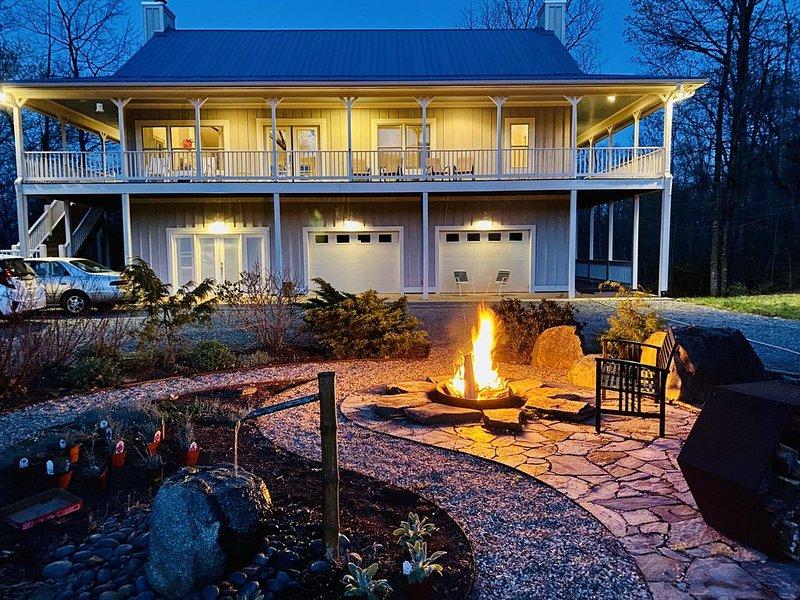 2-Level Modern Home on 25 Private Acres with Amazing Mountain Views, casa vacanza a Waynesboro