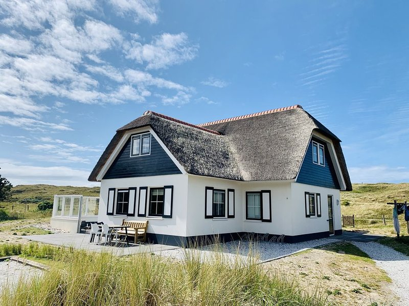 Luxurious dune villa on a walking distance to the beach with lighthouse view, vacation rental in Ameland
