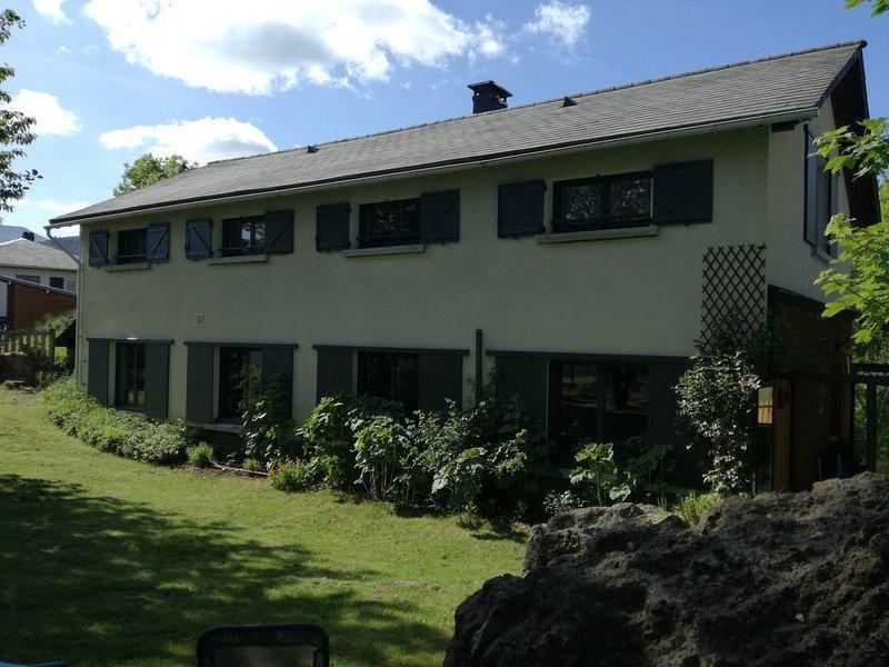 MAISON SPACIEUSE *** - 8/9PERS LAC CHAMBON VERANDA JARDIN CLOS ANIMAUX ADMIS, casa vacanza a Saint-Nectaire
