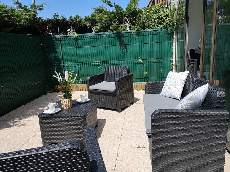 Appartement  rdc avec terrasse et plage à 200m, holiday rental in Cabourg