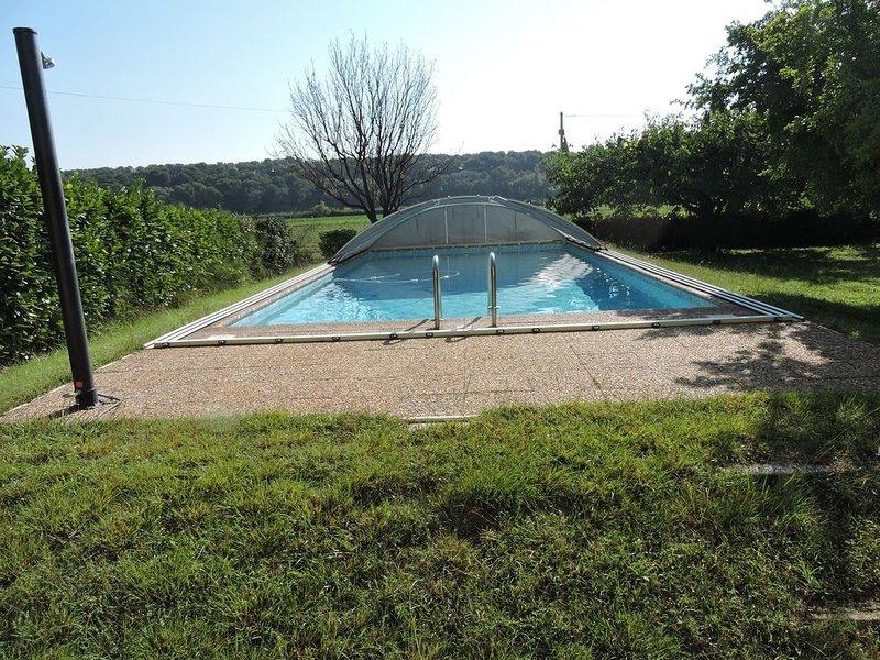 Loue haut de villa au calme avec piscine et jardin arboré 10 à 12 couchages, vacation rental in St Chamas