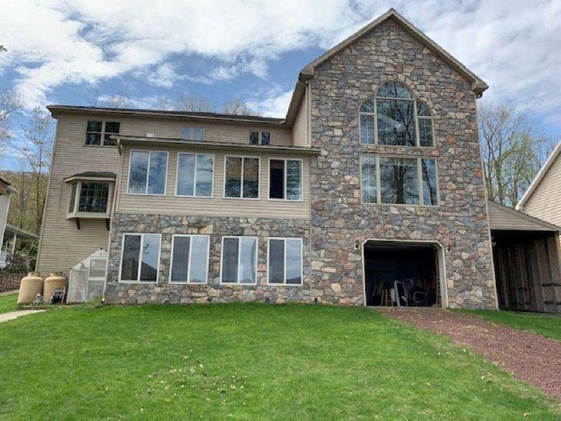 Pocono Area Lakefront Estate, GREAT FOR KIDS, Pontoon boat for rent, game room, location de vacances à Drums
