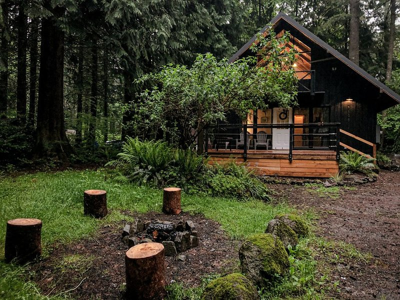 Charming Mt Hood Chalet, minutes to Mt fun! Woodsy feel., holiday rental in Welches