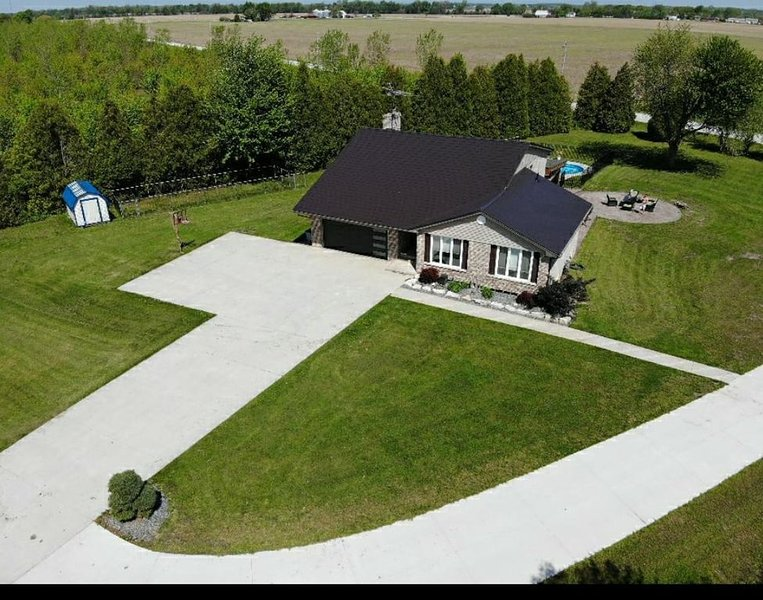 5 Bedroom - 2 Acre Privacy Home - Heated Pool - Bar Room, 2 car garage, holiday rental in Leamington