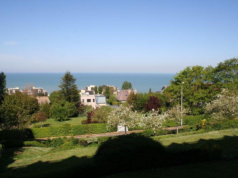 Bel appartement terrasse superbe vue sur mer, holiday rental in Villerville