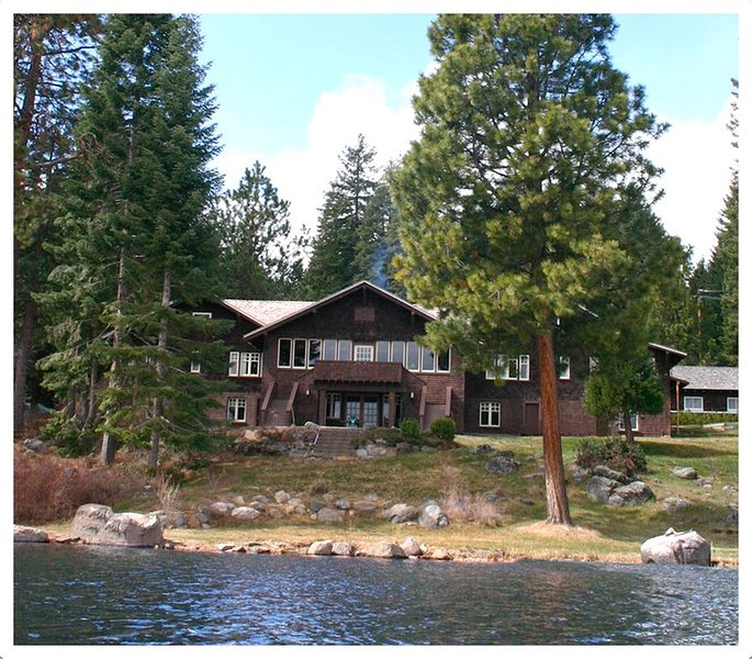 Historic Point Comfort Lodge on Upper Klamath Lake, location de vacances à Bonanza