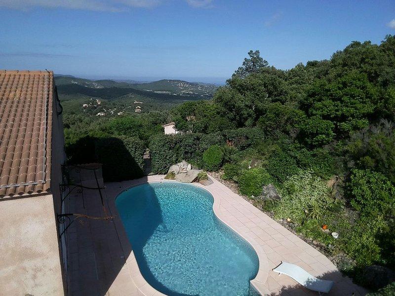 Appartement 2 à 4 personnes climatisé 35 m2 piscine, vue montagnes mer, aluguéis de temporada em Porto-Vecchio